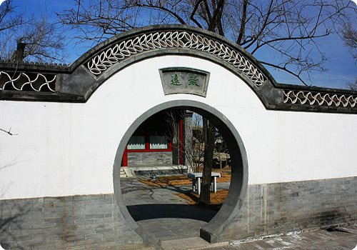 Arched door is a vivid element of Chinese architecture.