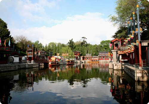 The Suzhou Market Street (Suzhou jie) is located behind the Longevity Hill, in the middle section of the Back Lake.